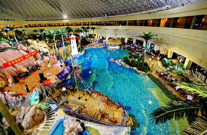 港中旅(青岛)海泉湾度假区位于青岛第二大海湾鳌山湾畔,依托近千米的金色沙滩及稀缺的海洋溴盐温泉资源,汇集五星级会议度假酒店、海洋温泉、奥特莱斯商业街、天创大剧院、海鲜大世界五大产品,是集吃、住、游、购、娱为一体的大型综合旅游休闲度假目的地。 维景国际大酒店内,中国菜系、日本料理、中西合璧自助大餐等多国美食荟萃;室内外泳池、KTV、棋牌室、健身房、瑜伽室、台球、乒乓球等休闲运动设施一应俱全;度假区内,养生与娱乐兼具的海洋温泉、心动折扣的奥特莱斯商业街、国内首创大型魔术舞蹈剧等众多度假元素汇集,让您尽享休闲